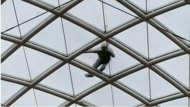 S-a trezit pe acoperişul unei clădiri, fără să ştie cum a ajuns acolo. Ce a aflat apoi l-a speriat