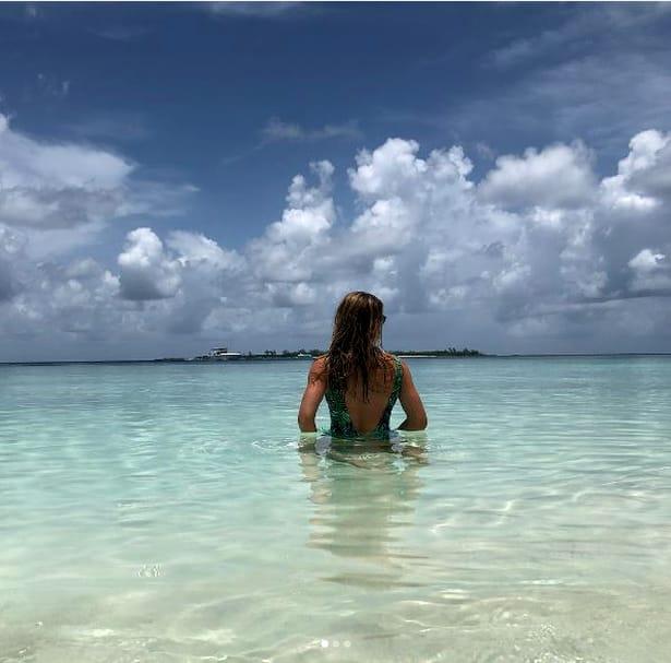 Simona Halep, în costum de baie la plajă.