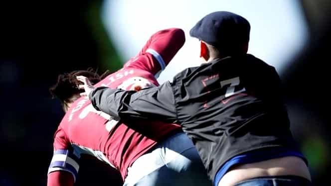 Scene şocante în Anglia! Un fan a intrat pe teren şi l-a bătut pe un jucător. Fotbalistul a marcat după incident VIDEO + FOTO