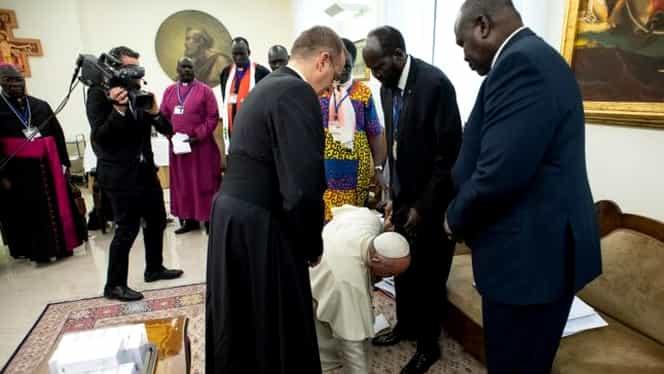 Gest fără precedent în istoria Bisericii! Papa Francisc s-a așezat în genunchi și i-a pupat pantofii unui președinte de stat
