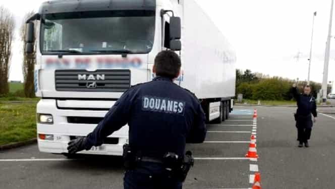 Un șofer român de TIR a primit interdicție pe viață în Franța! A fost prins pentru că transporta ilegal migranți