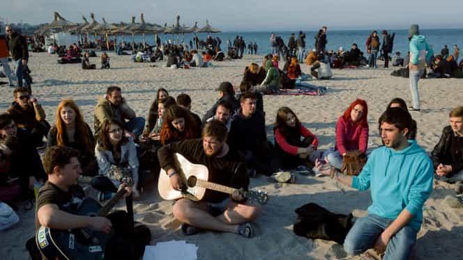 Vama Veche, distracție pe fiecare centimetru! Aglomerație de oameni la terase și pe plajă