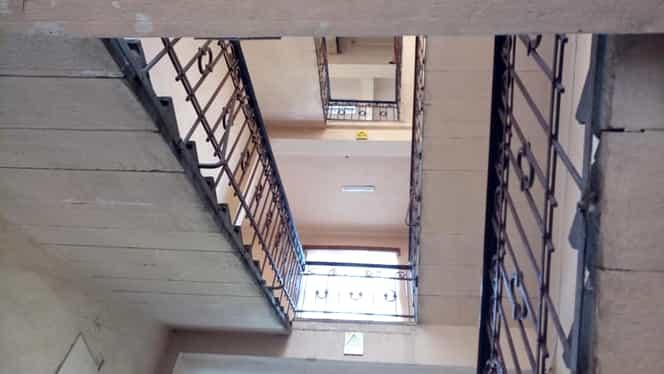 Caz înfiorător la o școală din Năsăud! Un elev a căzut de la etajul 2. Copilul e în stare gravă