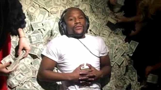 Floyd Mayweather şochează din nou: a aruncat cu bani peste tot într-un local de striptease