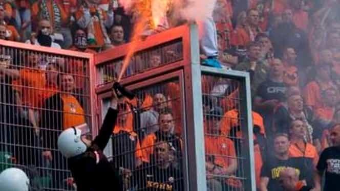 VIDEO-ŞOC / Poliţia a dat FOC unui fan pe un stadion din Polonia!