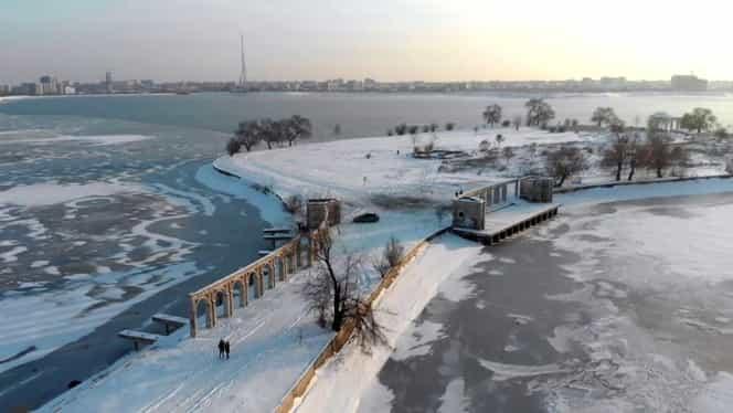 Insula de pe Lacul Morii, casa în care nu au mai apucat să se mute Nicolae Ceaușescu și soția lui. Locul a ajuns o groapă de gunoi cu acordul autorităților