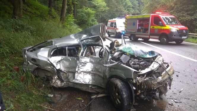 Accident cumplit între o maşină şi un TIR, în județul Covasna! Două persoane au murit. Alte patru sunt rănite, printre care şi copii