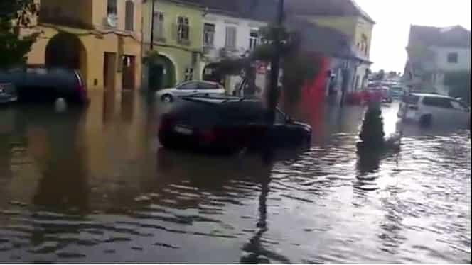 Centrul oraşului Sighişoara, inundat după o ploaie torenţială. Patru străzi, sub ape