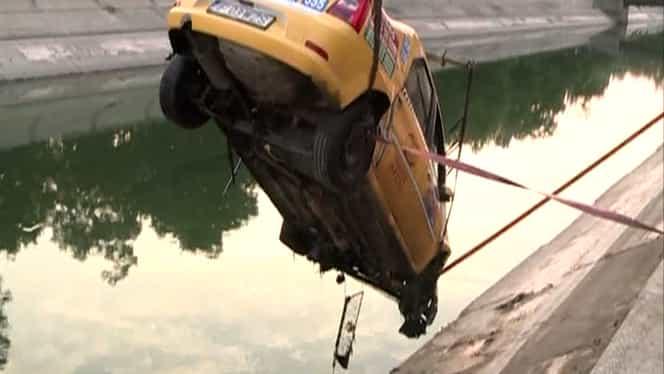 FOTO. Accident în Capitală. Un taximetrist a căzut cu maşina în Dîmboviţa