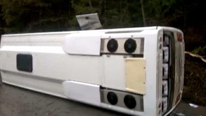 Un autocar cu muncitori s-a răsturnat într-un şanţ. Patru persoane au fost rănite