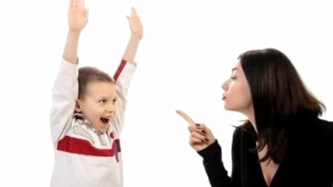 Disciplină copii: 4 greşeli pe care le repetă părinţii încercînd să-i cuminţească