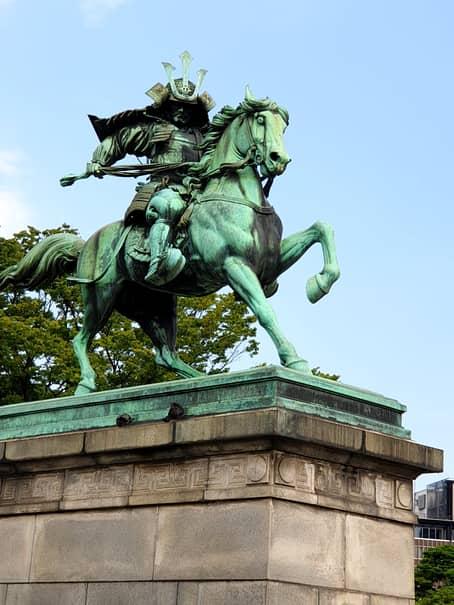 Statuile cu samurai sunt adevărate altare de onorare ale tradiției japoneze în mega-metropola Tokyo, care găzduiește 38 de milioane de locuitori