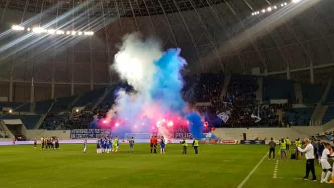 Atmosferă incendiară în tribune la startul meciului FC U Craiova – U Cluj. Ultraşii au aprins torțe în peluză. Galerie Foto