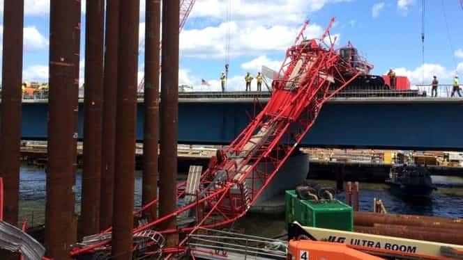 O macara s-a prăbuşit peste un pod intens circulat! Mai multe persoane au fost rănite