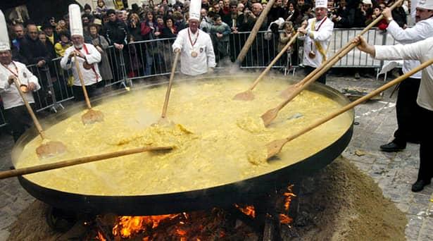 În Franța, la Haux, de Paște se mănâncă ouă, ca peste tot în lume. Diferența o face modul de preparare și cantitatea! Omletă din 4.500 de ouă??!!