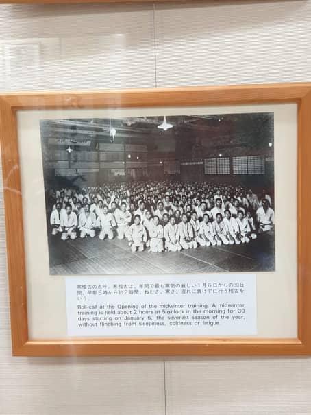 """Judo este o """"religie"""" în Japonia: sute de copii japonezi stau disciplinați în sală la 5 dimineață, 6 ianuarie, în plină iarnă, așteptând să înceapă antrenamentul la o temperatură de 10 grade CElsius"""
