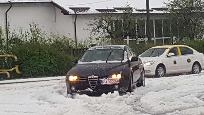 GALERIE FOTO. În Câmpina stăzile arată de parcă ar fi nins. Stratul de grindină depăşeşte 5 cm. La fel şi pe DN 1