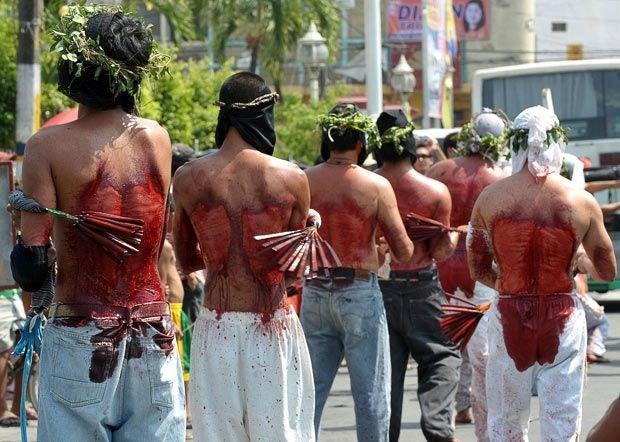 În Filipine credincioșii simt pe pielea lor patimile Mântuitorului Iisus Hristos... Se autoglagelează cu bețe lungi de bambus și cu... lame!