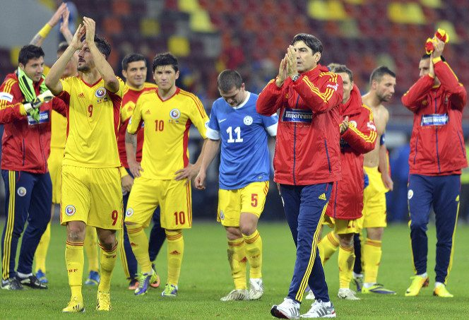 Victor Pițurcă salută publicul cu echipa națională după 0-0 în amicalul cu Argentina pe Arena Națională (5 martie 2014)