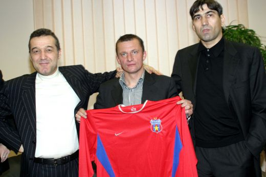 Victor Pițurcă alături de Gigi Becali și Dorinel Munteanu la prezentarea celui dun urmă ca jucătoer al Stelei (ianuarie 2004)