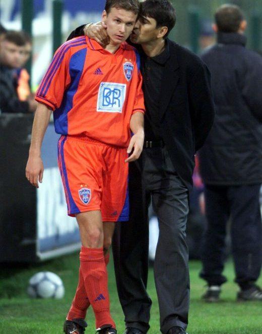 Victor Pițurcă îi dă ultimile indicații lui Cristi Ciocoiu în pauza meciului Steaua – Astra 1-3 din etapa 9 a sezonului 2000-2001 (14 octombrie 2000)