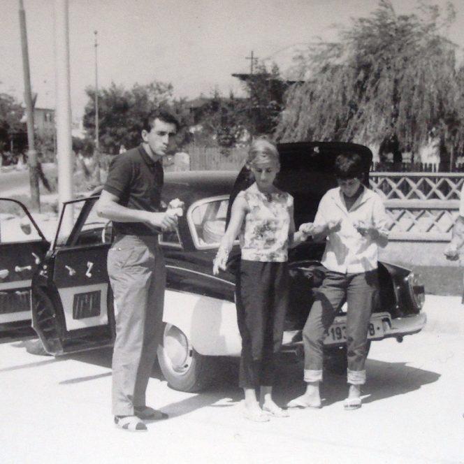 """Ion Țiriac nu a fost dintotdeauna """"Marele mustăcios"""". Aici, primul din stânga, împreună cu soția sa Erika (bruneta din dreapta), într-o excursie la munte din 1964"""