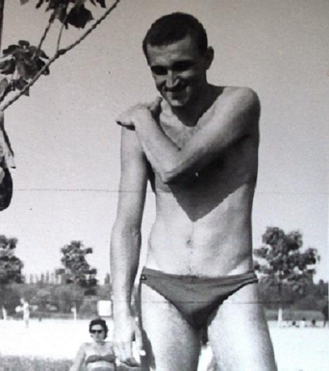 Ion Țiriac pe vremea când juca doar tenis de masă, înainte să pună mușchi de hocheist pe el. Pentru cei care nu l-au recunoscut, este cel din dreapta!
