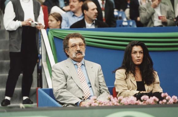 Ion Țiriac și frumoasa ziaristă Sophie Ayad în februarie 1995