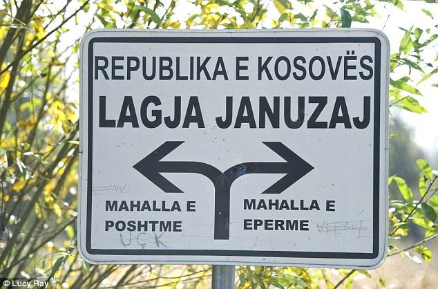 """Indicator """"istoric"""" către cătunul Januzaj din apropierea orașului Istog din Kosovo"""