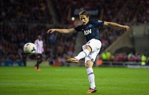 Adnan Januzaj marcând al doilea său gol într-un meci dintre Manchester United și Sunderland, în sezonul 2013-2014