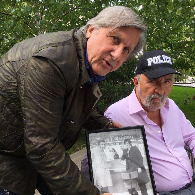 Ilie Năstase și cel mai bun partener de dublu și ărieten al său, Ion Țiriac, acum, privind cu nostalgie o fotografie de atunci când ridicau în picioare tribunele pe court-urile din lumea întreagă
