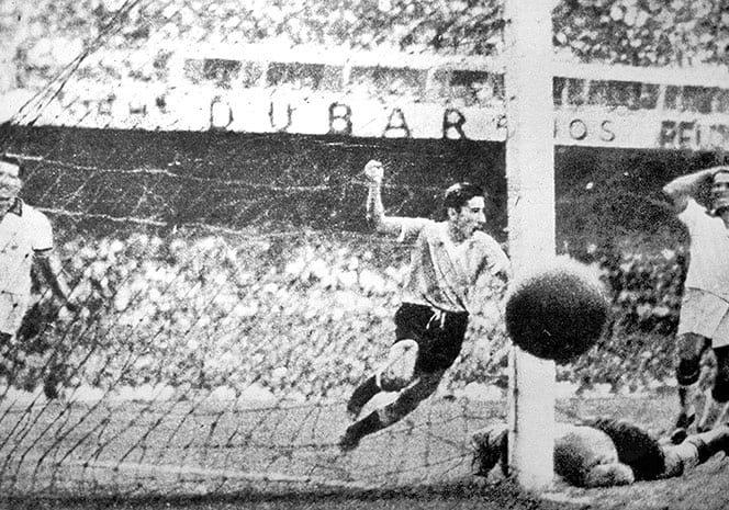 Fotografii rare din fotbal. Uruguaianul Alcides Ghiggia înscrie al doilea gol al echipei sale și îndoliază Brazilia în finala CM din 1950