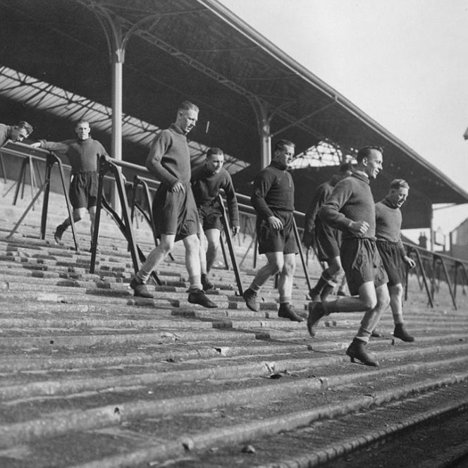 Fotografii rare din fotbal. 3 martie 1938: White Hart Lane, Londra. Câțiva dintre jucătorii lui Tottenham Hotspur la antrenament