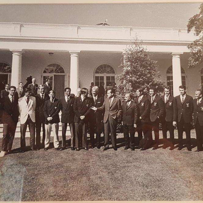 Ilie Năstase, Ion Țiriac și echipa de tenis a României în 1971 la Casa Albă, alături de președintele Richard Nixon și adversarii din reprezentativa SUA