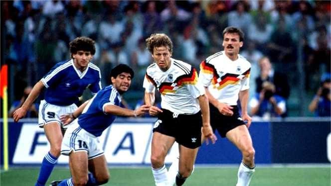 1990 Copa del Mondo. Când germanii au dat berea pe vin. Germania a învins Argentina cu 1-0 printr-un penalty dubios şi a lăsat tradiţionala bere pentru vin