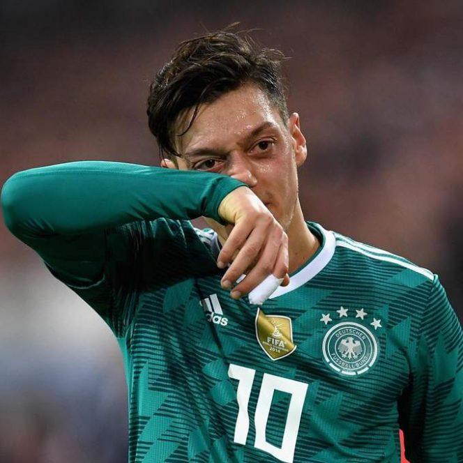 Mesut Ozil se retrage din naționala Germaniei. A fost atacat şi de fani şi tatăl l-a sfătuit să se retragă