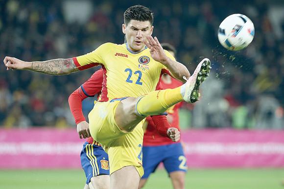 Fază de joc dintr-un meci al naţionalei României care îl are în prim plan pe Cristi Săpunaru