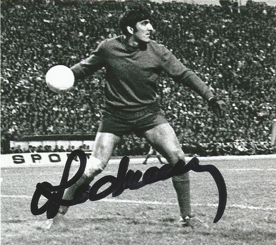 Rică Răducanu în vremurile când era titularul porții la echipa națională și ridica tribunele în picioare cu giumbușlucrurile sale