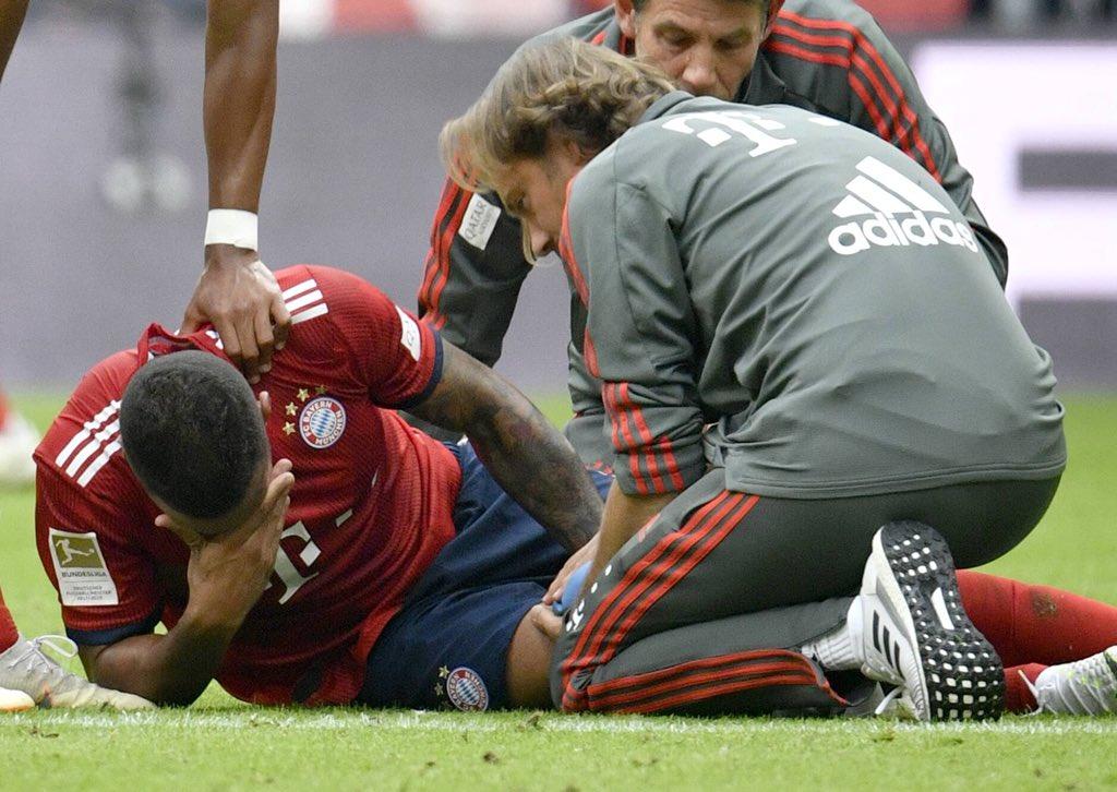 Corentin Tolisso primind îngrijiri medicale după accidentarea din meciul Bayern Munchen - Bayer Leverkusen