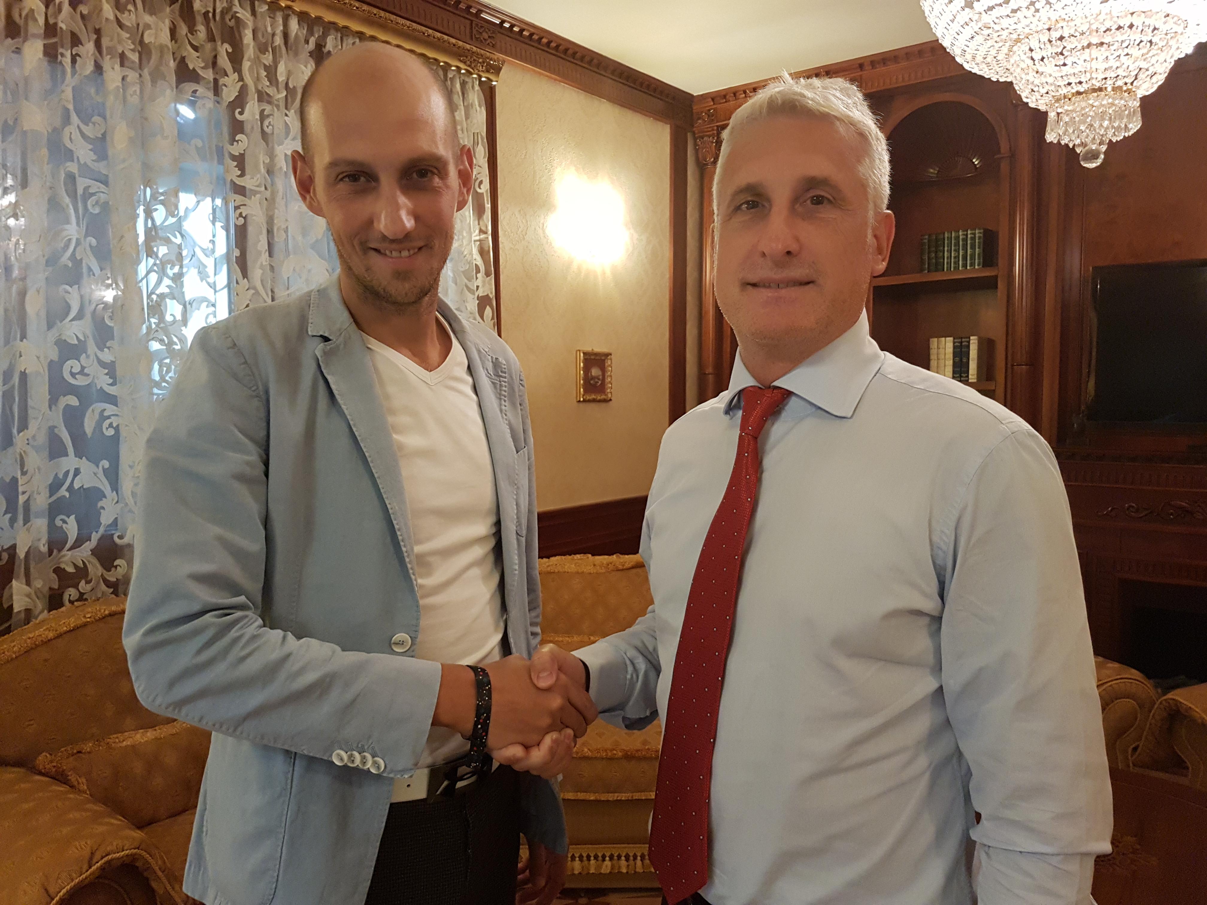 Handbalul de la Dinamo la Champ Du Golf: Adrian Sasu, patronul Champs Du Golf și Constantin Caliman, președintele HC Dinamo Bitcoin Romania (echipa feminină) și-au dat mâna pentru binele echupei