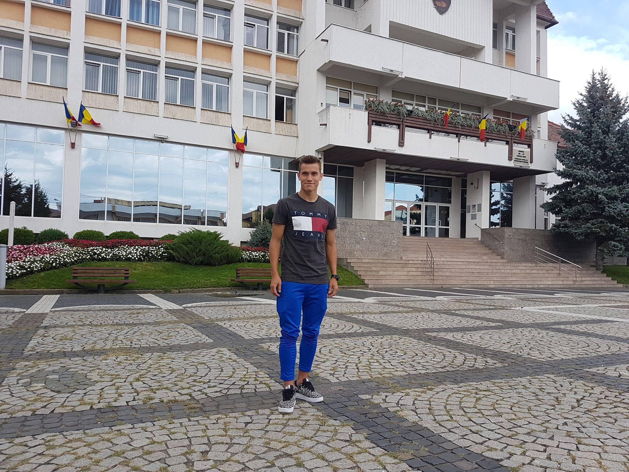 Darius Olaru a pozat pentru FANATIK în centrul orașului Mediaș, într-o după-amiază de relaxare