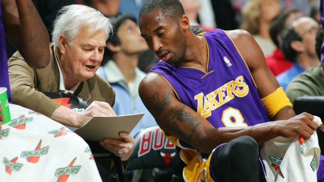 Tex Winter îi oferă indicații tactice lui Kobe Bryant