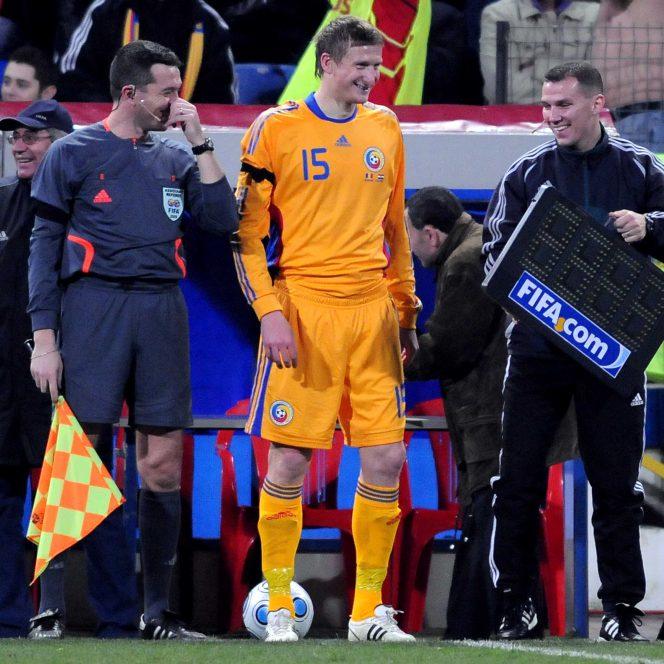 Aurelian Bogaciu, fost arbitru în România, uimeşte. Cristian Nica din Ploieşti (arbitrul asistent), Dorin Goian, Aurelian Bogaciu (arbitrul de rezervă) în timpul amicalului România - Croaţia 1-2, disputat pe 11 februarie 2009.