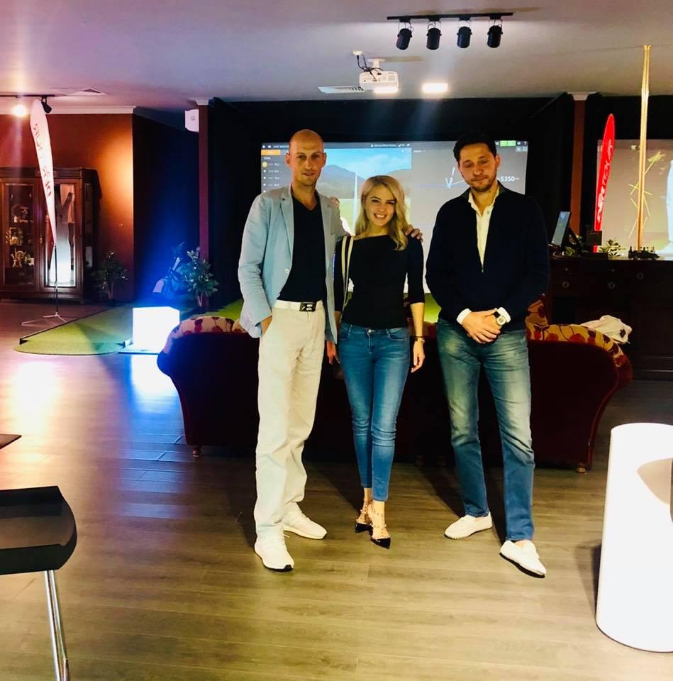 """Adrian Sasu (stânga) a avut o invitată care știe cu se """"mănâncă"""" golful: Theodora Popa, managerul celui mai mare club de golf din România , Theodora Golf Club de lângă Alba Iulia"""
