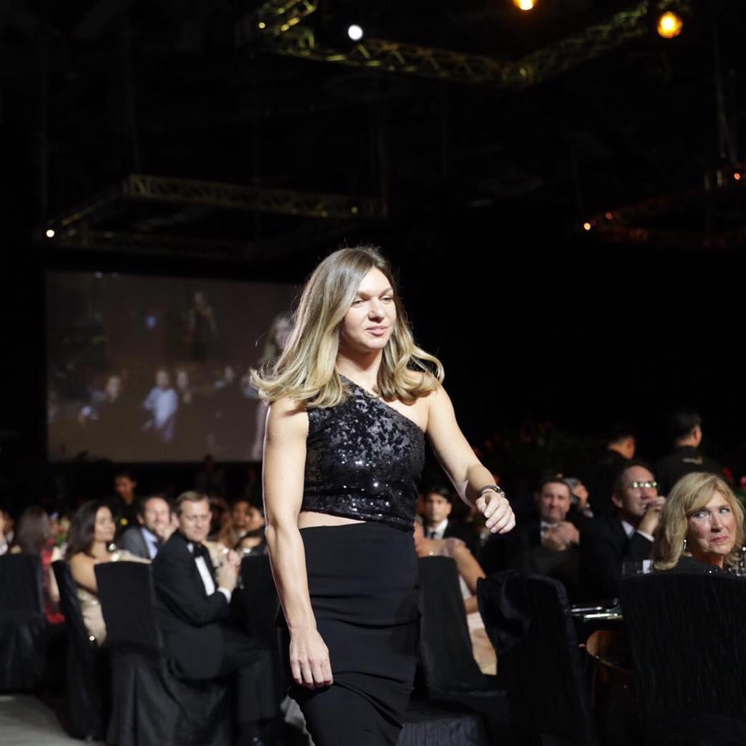 Simona Halep, la ceremonia WTA Finals de la Singapore, unde a primit titlul de cea mai bună jucătoare în 2018