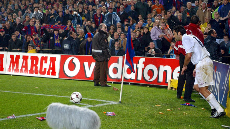 Fanii Barcelonei au aruncat în Luis Figo cu un cap de porc. MOmentul s-a petrecut la un corner, în dreptul tribuneo ocupate de fanii catalani