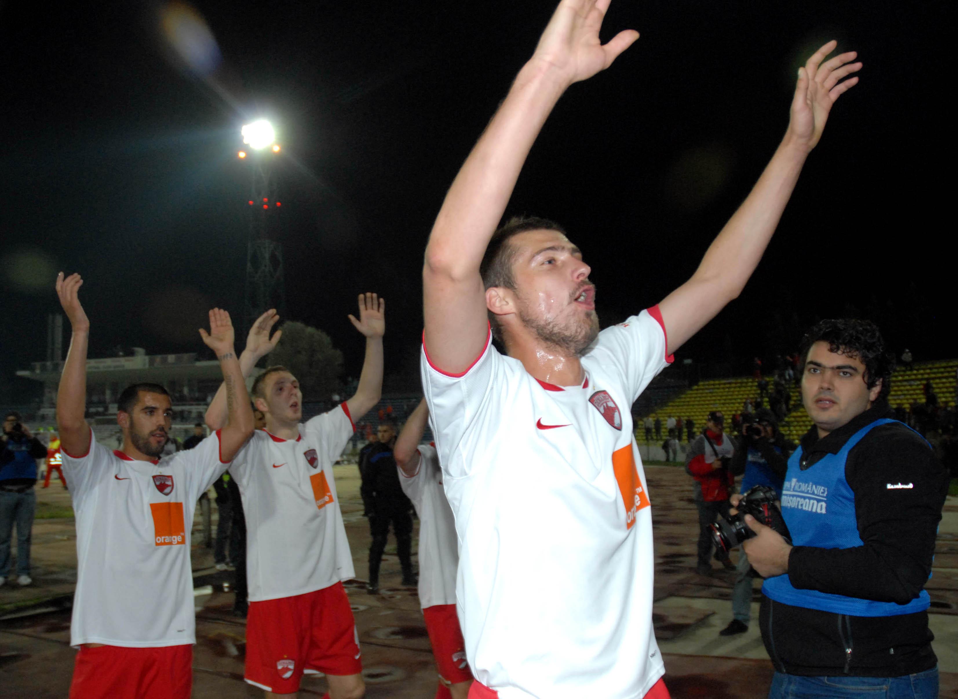 Gabi Tamaş surprinde. Gabriel Tamaş salută galeria dinamovistă la finalul jocului dintre Dinamo şi Rapid, din Cupa României, disputat pe 14 aprilie 2009