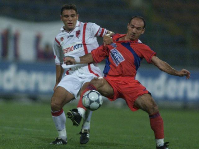 Ion Vlădoiu într-un duel pentru balon cu Gheorghe Mihali într-un meci Steaua - Dinamo
