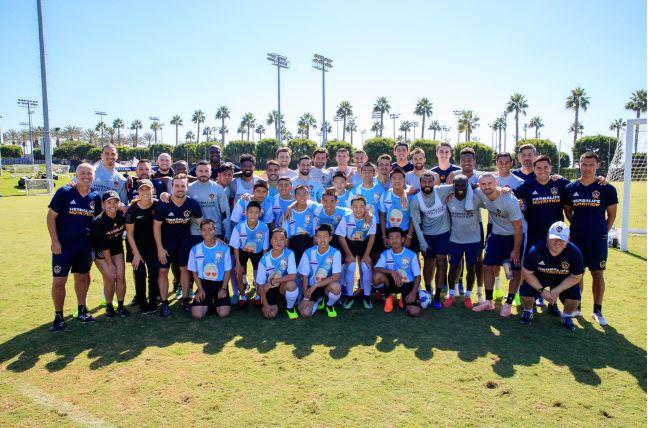Băieţii salvaţi în vară dintr-o peşteră din Thailanda s-au pozat alăturii de jucătorii de la Los Angeles Galaxy