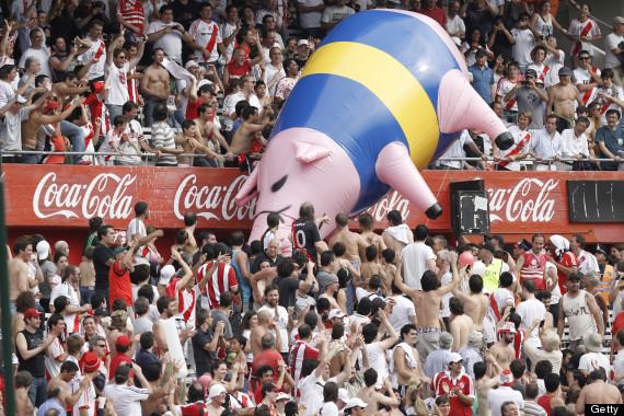 Fanii lui River Plate îi consideră pe cei de la Boca Juniors porci şi le arată în tribună